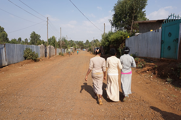 De afstand naar de middelbare school in Ethiopië is doorgaans te ver om te belopen.